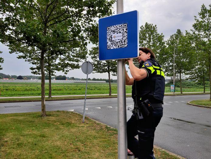 Politie Hoeksche Waard hangt een bord op met een QR code bij de Tienvoet in Heinenoord. Door te scannen zie je wat er op crimineel vlak speelt. De borden gaan rouleren over het eiland.