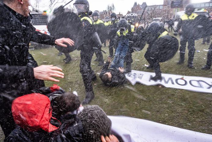 De politie maakte zondagmiddag 24 januari een einde aan een illegale demonstratie tegen de coronamaatregelen op het Museumplein in Amsterdam.