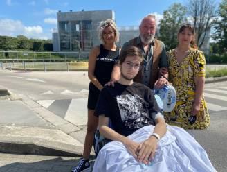 """Dokters moeten been van Yanni (17) amputeren na zwaar ongeval: """"Hij gaat er best goed mee om en wil zo snel mogelijk leren lopen met prothese"""""""