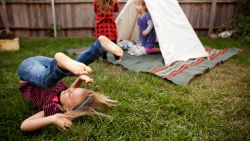 Zitten je kinderen voortdurend achter tv of iPad? Zo jaag je hen uit de luie zetel