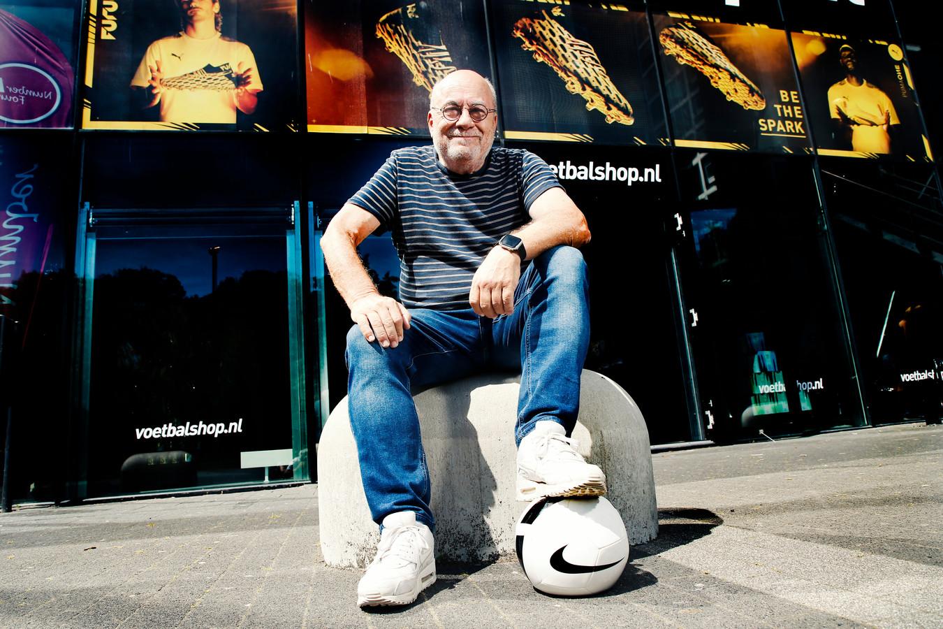 Oprichter Roland Heerkens van Voetbalshop.nl in de winkel in Utrecht. Hij wil de keten verder uitbreiden en kijkt daarbij ook naar Rotterdam.