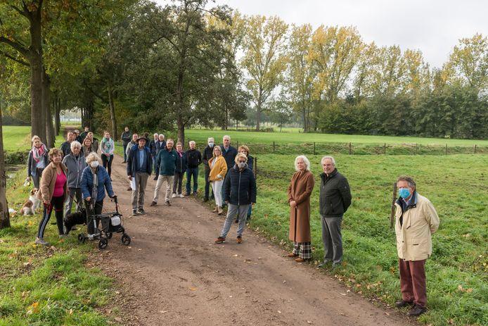 Guus Broeckx (midden, met hoed) en andere verontruste Stiphoutenaren die zich verzetten tegen de komst van een zonnepanelenveld tussen de weilanden bij de Helmondse wijk.