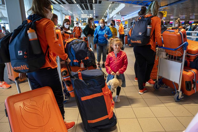 Olympische sporters bij vertrek op Schiphol. Een aantal leden van de Nederlandse delegatie zou positief worden getest in Tokio.  Beeld ANP
