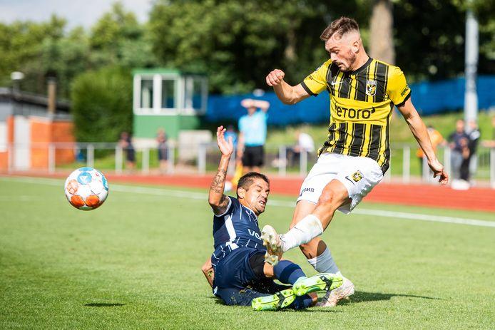 Toni Domgjoni (rechts) in het oefenduel met VfL Bochum.