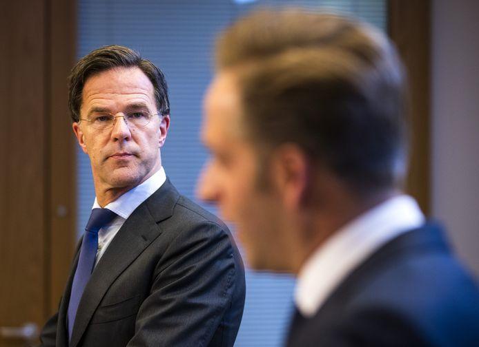Demissionair premier Mark Rutte en Hugo de Jonge, demissionair minister van Volksgezondheid, tijdens een persconferentie.