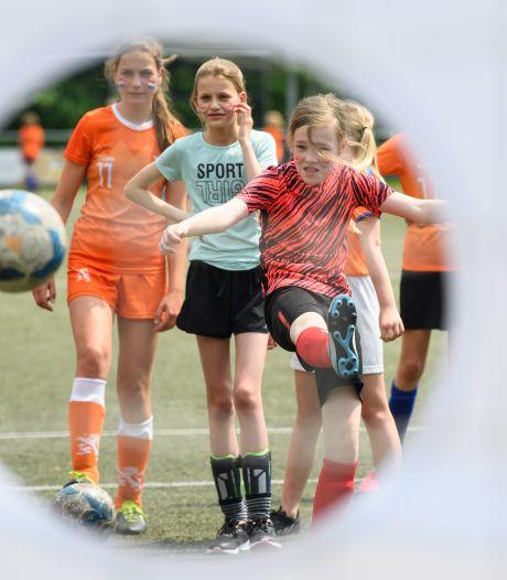 Voetbal Oranjefestival Rijssen trekt een record aantal jonge meiden: 'Dit hebben we nog nooit meegemaakt'