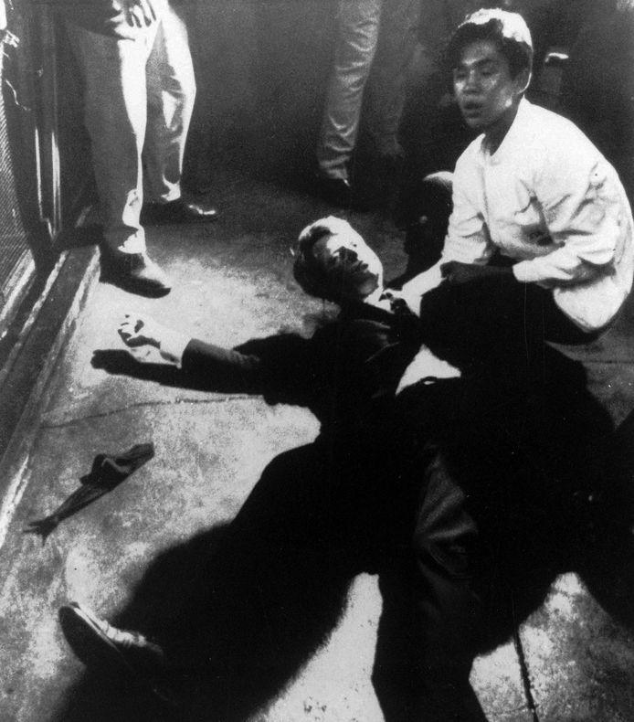 Bobby Kennedy ligt op de vloer van de keuken in het Ambassador Hotel, wachtend op hulp. Rechts Juan Romero, die zijn hoofd vasthoudt.