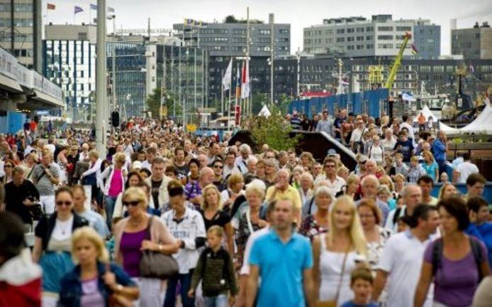 Zaterdag rond het middaguur liep er een gestage stroom bezoekers van het Centraal Station naar het Sail-terrein. ANP