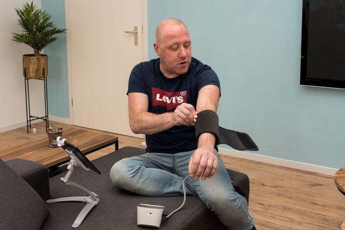 Carlo Paardekooper geeft zelf zijn bloeddruk en zijn gewicht door aan het ziekenhuis.