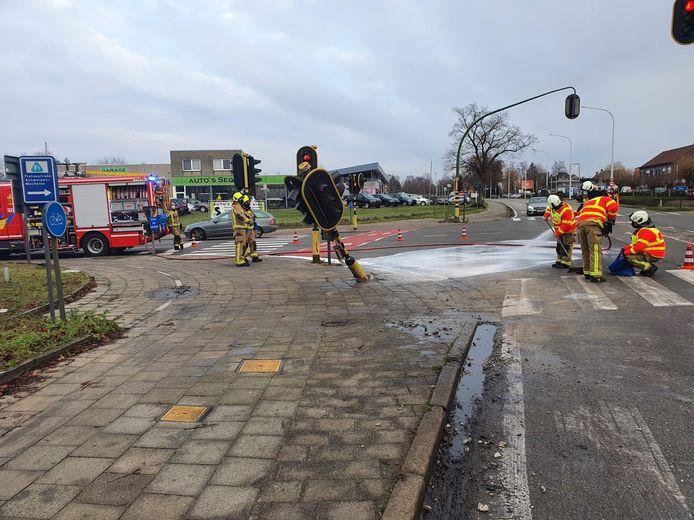 De weg wordt schoongespoten
