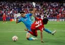 Sevilla-keeper Bono haalt Karim Adeyemi onderuit.