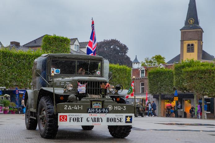 Een jeep op de Markt van Wijchen.