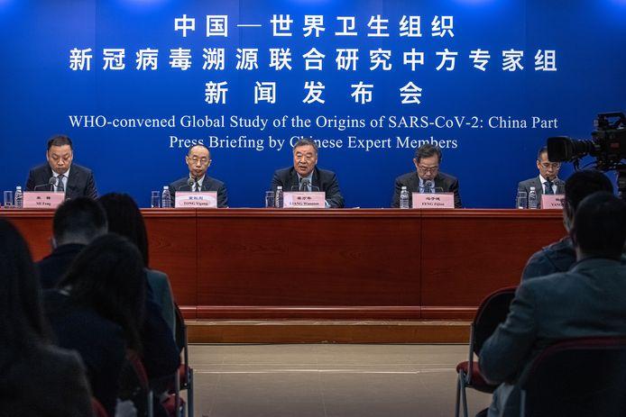 Le chef de la délégation de scientifiques chinois qui ont collaboré au rapport des experts désignés par l'OMS sur l'origine du coronavirus, Liang Wannian (au centre), a fait part de son incompréhension à l'égard des propos du patron de l'Organisation mondiale de la santé