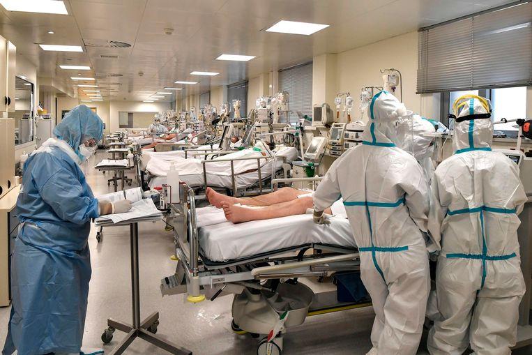 De ic-afdeling van een overbelast openbaar ziekenhuis in Athene. De regering heeft twee privéklinieken bevolen om (in ruil voor geld)ook coronapatiënten op te nemen. Beeld AFP