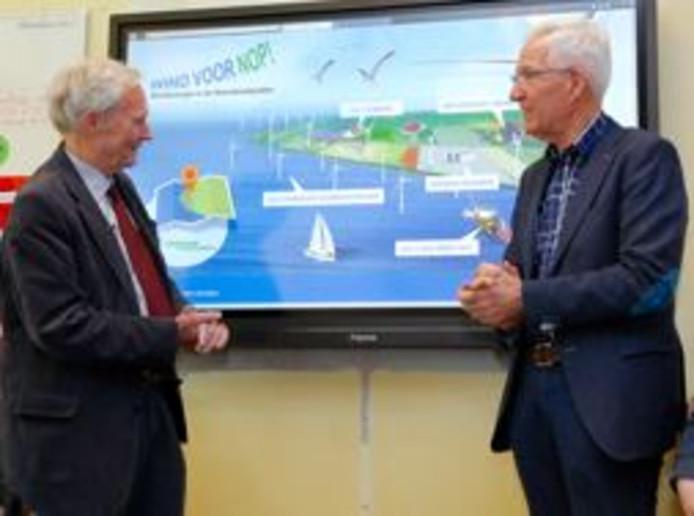 Jan Terlouw (links) en Cees Tolsma van de Koepel Windenergie Noordoostpolder lanceren de lesmodule.