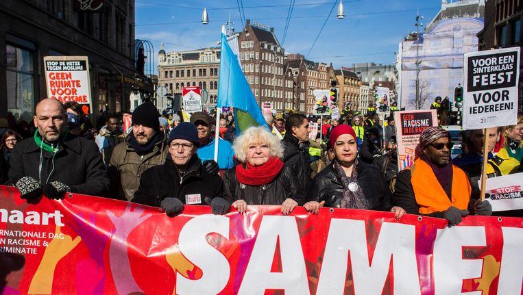 Zeker duizend linkse activisten van tientallen organisaties liepen zondag dwars door de stad tijdens de jaarlijkse mars tegen racisme Beeld Maarten Brante