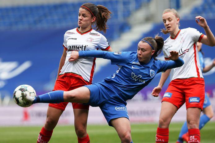 Youngster Fleur Pauwels (KRC Genk Ladies en Red Flame U23) is twee Zulte Waregemspeelsters te snel af.