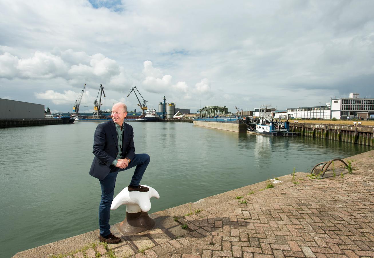 Peter van Wingerden voor de plek in de Merwehaven in Rotterdam, waar de eerste drijvende boerderij komt.