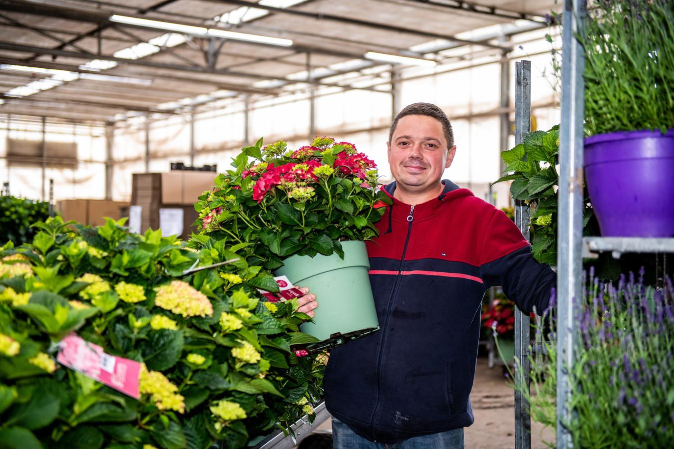 Lukasz Mroczka werkt bij kweker Van Lint in Boskoop. Hij is blij met zijn werkgever én koophuis. Velen zitten er minder bij.