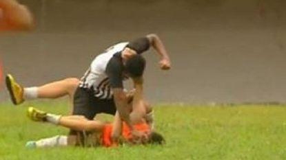 VIDEO: Schokkende beelden: Braziliaanse voetballer mept ballenjongen helemaal verrot