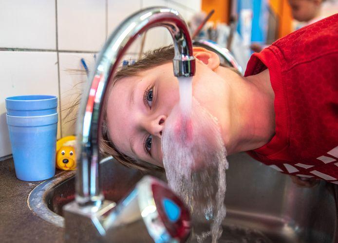 In veel Oost-Nederlandse drinkwaterbronnen worden schadelijke stoffen gevonden. Door de aanwezigheid van vervuilingen moet waterbedrijf Vitens steeds meer investeren om het water schoon te krijgen.