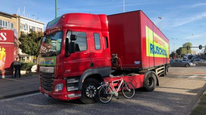 Fietser komt onder vrachtwagen van rijschool terecht in Antwerpen, slachtoffer in levensgevaar