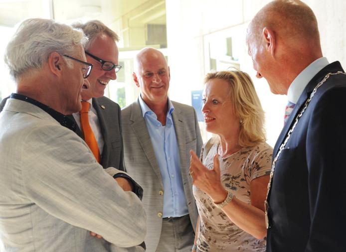 Gedeputeerde Ben de Reu, commissaris van de Koning Han Polman, festivaldirecteur Henk Schoute en burgemeester Rob van der Zwaag (vlnr) in gesprek met minister Bussemaker
