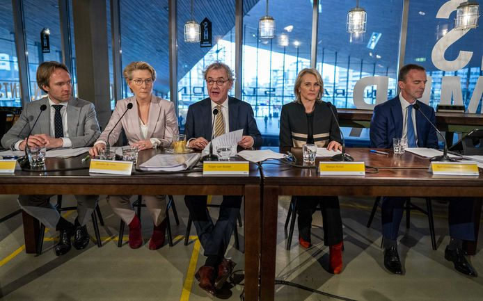De NS-directie op een rij: Tjalling Smit, Anneke de Vries, president-directeur Roger van Boxtel en Marjan Rintel en financiële topman Bert Groenewegen.