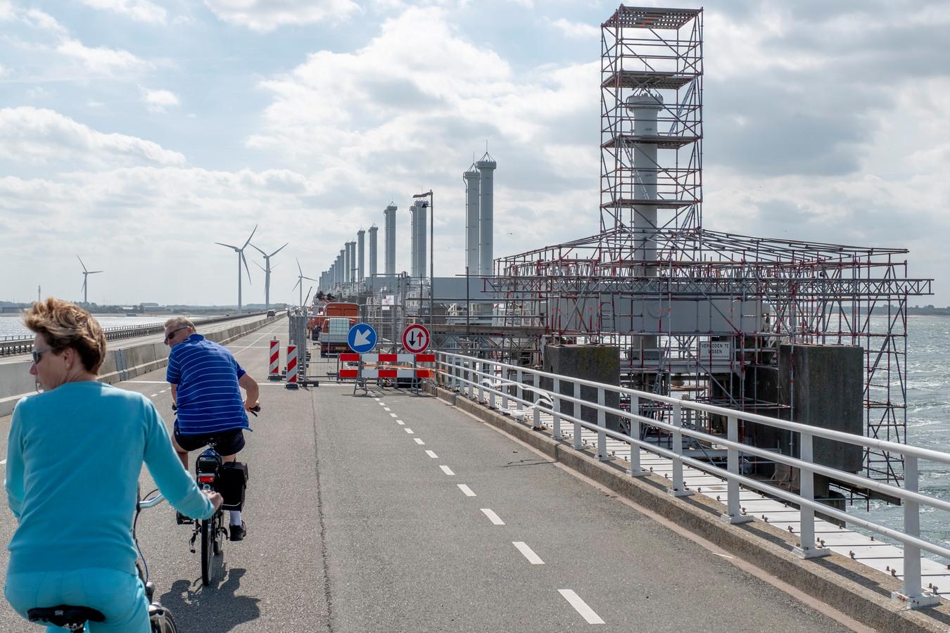 Werkzaamheden aan Oosterscheldekering die tot 2050 mee moet.