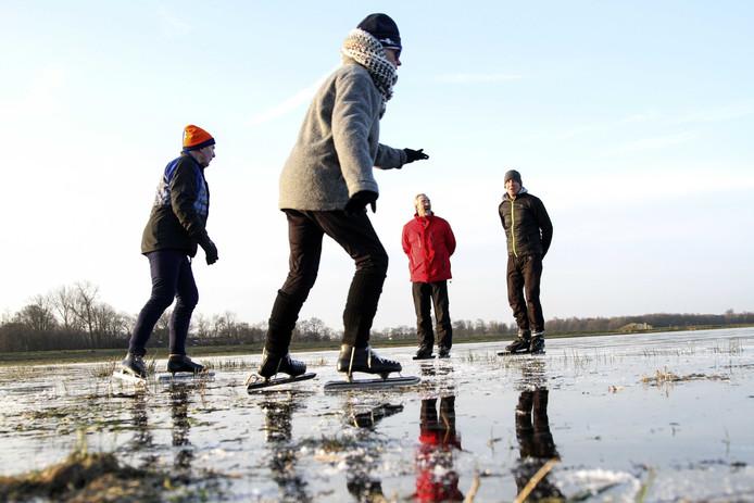 De eerste schaatsers wagen zich over een dun laagje ijs op de Ryptsjerkerpolder.