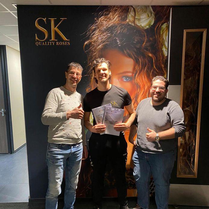 Marc Koene van SK Roses (midden) is blij met de overeenkomst voor 1677 zonnepanelen.