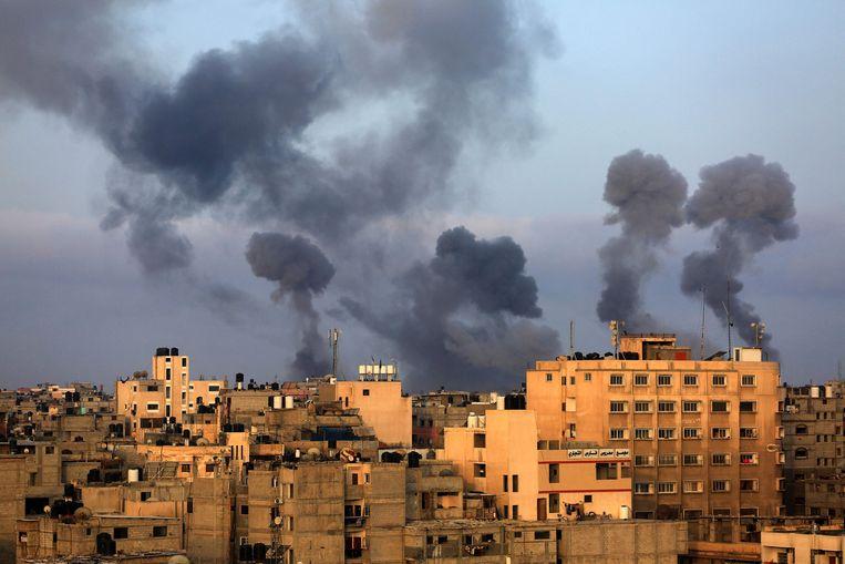 Rookwolken na Israëlische luchtaanvallen op de zuidelijke Gaza-regio van Khan Yunis. Beeld AFP