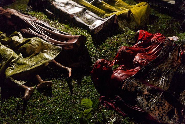 Deze foto van Patrick Brown greep net naast de hoofdprijs, maar is net zo gruwelijk als de uiteindelijke winnaar. De foto toont verschillende lijken van Rohingya-vluchtelingen. Beeld EPA