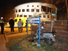 Scooterrijdster zonder rijbewijs rijdt per ongeluk in op agent bij controle Den Bosch