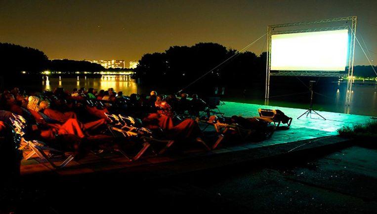 Tijdens het West Beach Filmfestival kijk je mooie films met op de achtergrond de Sloterplas. Muggenspul mee! Beeld West Beach Filmfestival