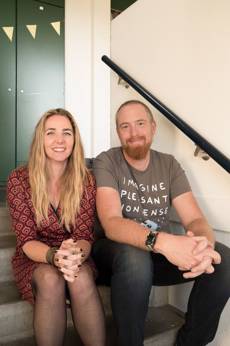 Jonathan Franklin (37) en zijn buurvrouw Margreet Nol (42). 'Het is hier dan wel het hele jaar kerst, maar we doen ook aan thema's.' Beeld Maarten Boswijk