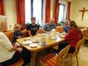 Het gezin Van der Bos uit Kortenhoef, bij het ontbijt in Gasthaus Adler in het Duitse Neuenburg am Rhein.