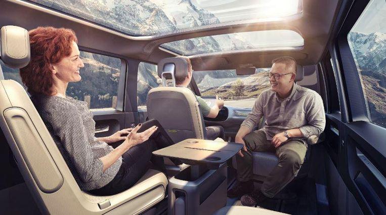 Binnenin is er ruimte voor acht personen. Alle stoelen kunnen 180 graden worden gedraaid en weggehaald. Beeld Volkswagen