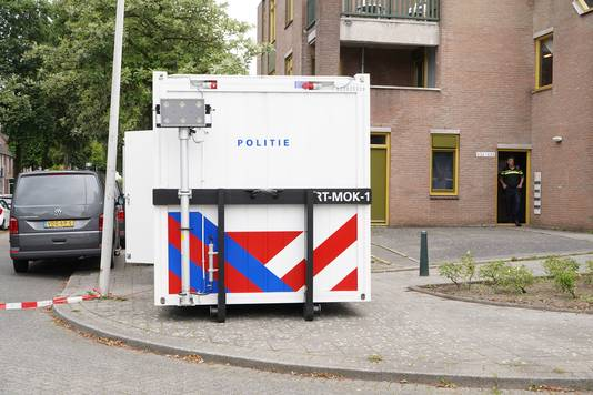 De politie is een uitgebreid onderzoek gestart in een woning aan de Zevenkampse Ring in Rotterdam vanwege het lichaam dat in koffers in een auto in Dordrecht is gevonden.