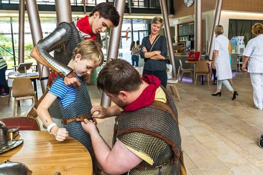 Tijn Schoonderwoerd wordt ingewijd in de wereld van de Romeinen. Zijn moeder kijkt op de achtergrond toe.