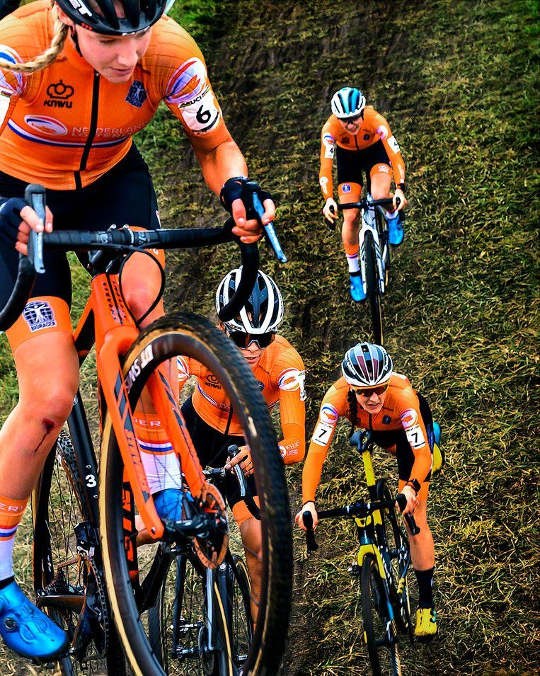 Alvarado in 2e positie achter Annemarie Worst (nummer 6), gevolgd door Lucinda Brand (nummer 7) en Yara Kastelijn (nummer 4). Beeld Klaas Jan van der Weij