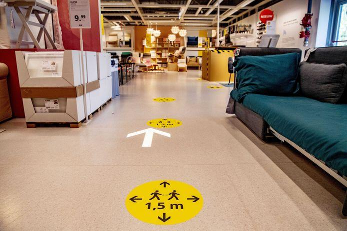 In alle Ikea's zijn stickers op de grond aangebracht die ervoor moeten zorgen dat bezoekers voldoende afstand houden.