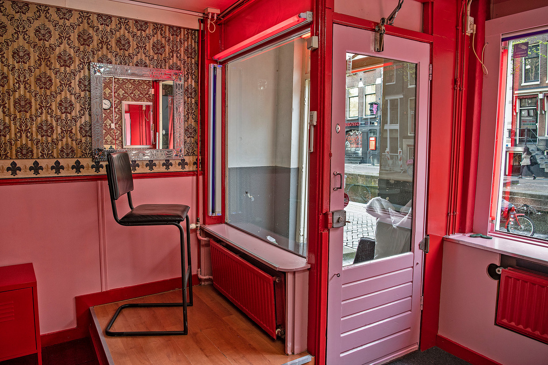 Een gesloten bordeel op de Wallen in Amsterdam. Beeld Guus Dubbelman / de Volkskrant