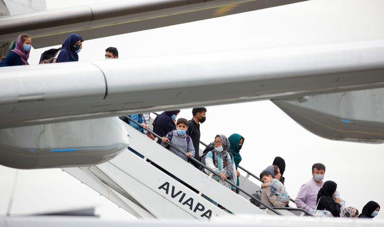 Geëvacueerden uit Afghanistan komen aan op de luchthaven van Melsbroek. Beeld AP