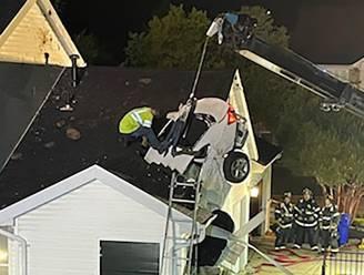 Gecrashte auto boort zich in dak, slapende bewoners aan dood ontsnapt