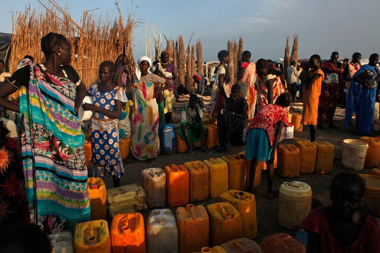 Women displaced by the fighting wait to get clean water at a water point in a camp for internally displaced persons (IDPs) at the United Nations (UN) base in Bentiu, Unity State, June 17, 2014. Around 39,000 people have found shelter in the UN base in Bentiu. About 1.5 million people have been displaced, including 378,000 who fled to neighbouring countries, according to the UN Office for the Coordination of Humanitarian Affairs (OCHA). REUTERS/Andreea Campeanu (SOUTH SUDAN - Tags: CIVIL UNREST POLITICS SOCIETY) Beeld null