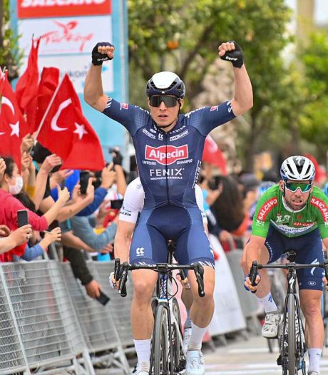 Philipsen klopt legendarische sprinters in Turkije, dubbelslag Küng in Valencia