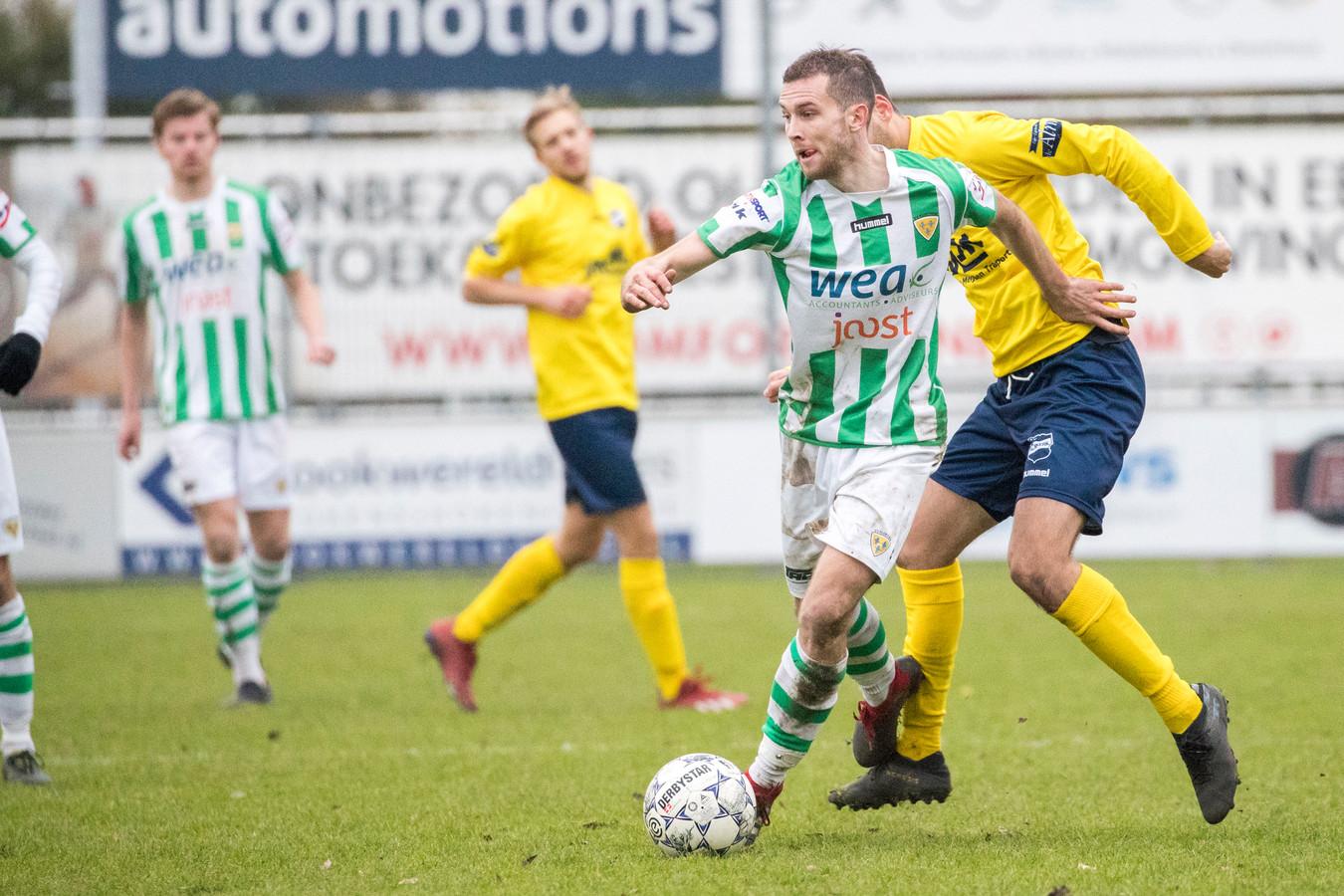 Ronaldo Meijer (met bal) maakte de enige goal namens Kloetinge tegen SVL.