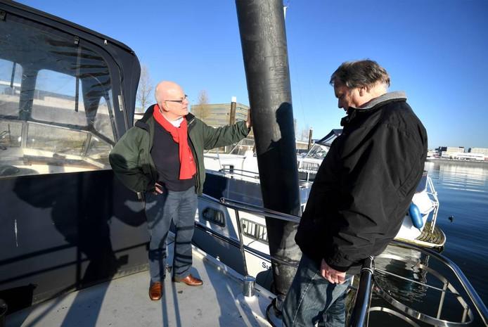 De bestuursleden Frank Jibben en Wim Meurs van Jason bij de scheefgevaren paal.