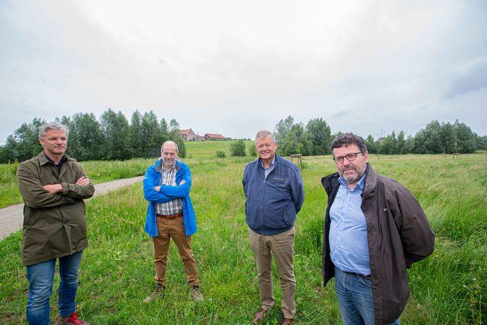 V.l.n.r.: Stijn Messiaen, afdelingshoofd Vlaamse Landmaatschappij regio Oost, Luc Vander Elst, projectmanager Vlaamse Rand, burgemeester Koen Van Elsen (CD&V) en Milieuschepen Peter Verbiest. Achter hen op de berg staat de historische vierkantshoeve Het Hooghof.